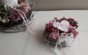 Ringkissen kleines Rebenherz gefüllt mit getrockneten Hortensien und Rosen