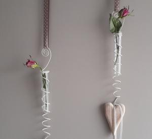 Hängedeko Fensterdeko Wanddeko Reagenzglas und Herz mit Naturmaterialien