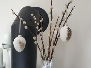 Ostereierdeko 3er Set hängend weiße Terrakotta-Eier mit Feder