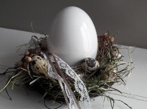 Tischdekoration Osterdeko Tischkranz mit Keramik-Ei und Naturmaterialien