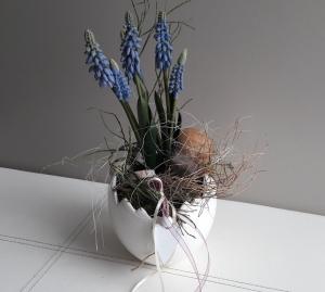 Tischdeko Frühling großes Keramikei mit Muscari und Naturmaterialien