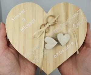 Ringkissen Vintage großes Holzherz mit weißen Herzen mit Namen und Hochzeitsdatum