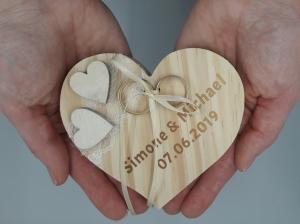 Ringkissen Vintage Holzherz mit beigen Herzen mit Namen und Hochzeitsdatum