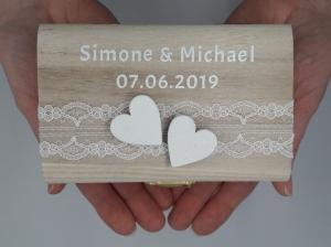 Ringkissen Vintage-Look Schatulle mit weißen Herzen mit Namen und Hochzeitsdatum