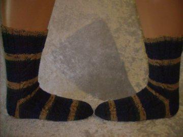 ein Paar handgestrickter Socken, Strümpfe mit Rippenmuster Größe 42/43