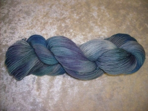 100 gr. handgefärbte Sockenwolle 4 fädig Pfütze