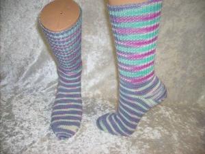 ein Paar maschinengestrickter Socken, Mustersocken, Strümpfe Größe 39/40