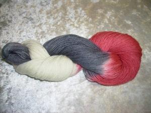 100 gr. handgefärbte Sockenwolle 4 fädig Blutrausch