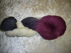 100 gr. handgefärbte Sockenwolle 4 fädig Blutegel