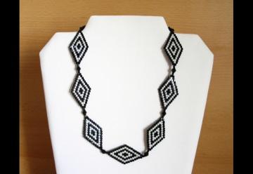 Kette mit Rauten aus Hexagonperlen schwarz-weiß - Handarbeit kaufen