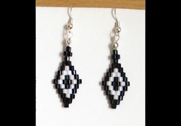 Ohrringe mit Rauten aus Hexagonperlen schwarz-weiß - Handarbeit kaufen