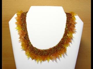 30% reduziert - Ahornblattcollier aus Rocailles und Acrylblättern; gold-grün