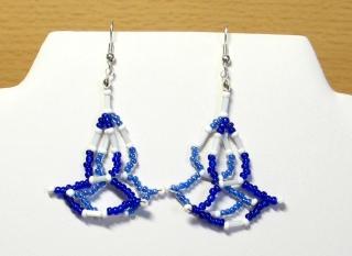 Ohrringe in Leiteroptik aus Rocailles und Stiftperlen, blau-weiß