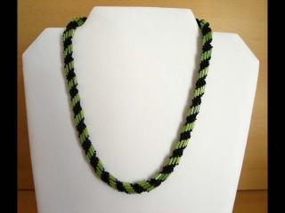 Spiralkette aus Rocailles und Stiftperlen; grün-schwarz - Handarbeit kaufen
