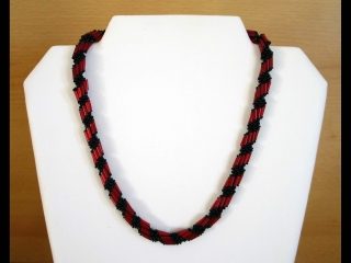 Spiralkette aus Rocailles und Stiftperlen; rot-schwarz - Handarbeit kaufen
