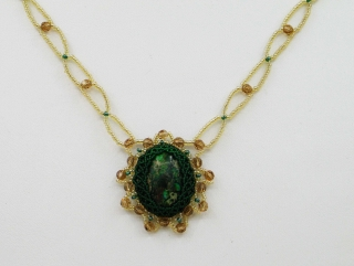 Kette mit Jaspis Meeressediment Cabochon; grün-gold