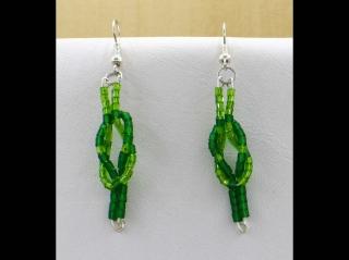 Ohrringe mit Kreuzknoten aus Stiftperlen, grün - Handarbeit kaufen
