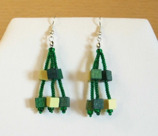 Ohrringe aus Holzwürfeln und Rocailles; grün