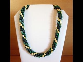 Häkelkette aus Holzwürfeln und Rocailles; grün