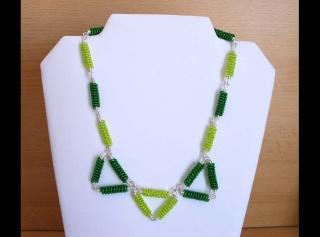 Kette mit Drahtspiralen aus Rocailles als Dreiecke; grün - Handarbeit kaufen