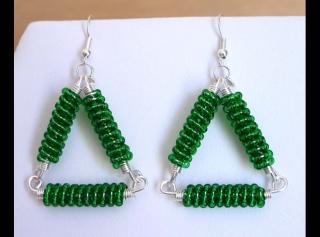 Ohrringe mit Drahtspiralen aus Rocailles als Dreiecke; grün