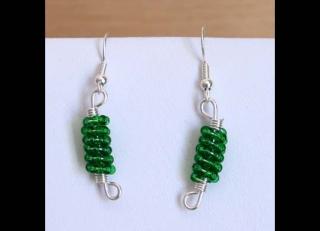Ohrringe mit Drahtspiralen aus Rocailles; grün