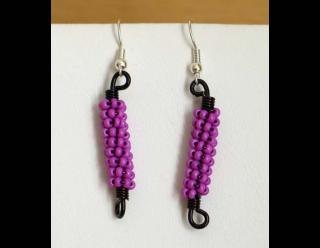 Ohrringe mit Drahtspiralen aus Rocailles; lila-schwarz - Handarbeit kaufen
