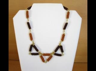 Kette mit Drahtspiralen aus Rocailles als Dreiecke; braun-gold