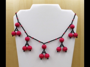 Kette mit dekorativen Holzperlen; pink-schwarz - Handarbeit kaufen