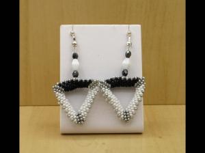 geometrische Ohrringe aus Rocailles mit dreieckigen Elementen; schwarz-weiß-silber - Handarbeit kaufen