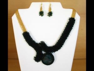 Schmuckset in Moosoptik mit Heliotrop; Collier+Ohrringe; grün-gold - Handarbeit kaufen