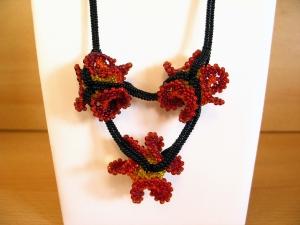 Kette mit Wellenperlen in Blütenoptik aus Rocailles, rot-schwarz-orange-gelb - Handarbeit kaufen