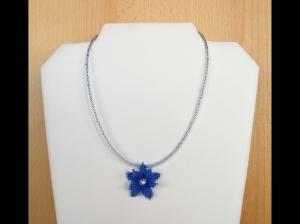 Kette mit Blüte aus Rocailles; blau-weiß - Handarbeit kaufen