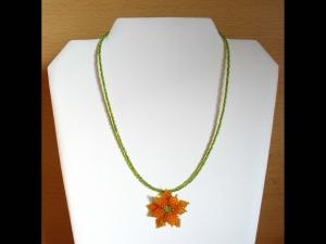 Kette mit Blüte aus Rocailles; orange-grün