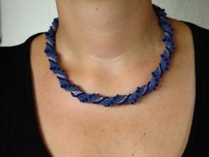 Häkelkette Spirale umwickelt aus Rocailles - blau - Handarbeit kaufen