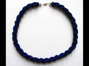 Häkelkette - Spirale mit Stiftperlen; dunkelblau - Handarbeit kaufen
