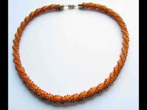 Häkelkette - Spirale mit Stiftperlen; honigbraun - Handarbeit kaufen