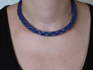 Häkelkette Karos groß aus Rocailles - blau - Handarbeit kaufen