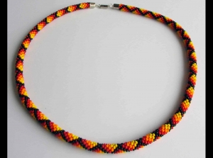 Häkelkette Karos schmal aus Rocailles - rot, orange, gelb, schwarz - Handarbeit kaufen