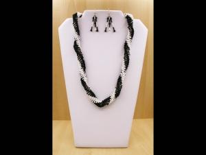 Spiralkette + Ohrringe aus Stiftperlen und Rocailles; schwarz-weiß