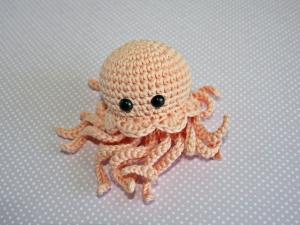 Die kleine gehäkelte Meduse aus Bio-Baumwolle  Handarbeit  Farbe: pfirsich
