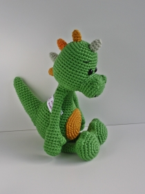 Der gehäkelte Dino Felix aus Bio-Baumwolle grün Handarbet Häkeltier Kuscheltier