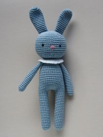 Häkeltier Häkelhase aus Bio-Baumwolle in verschiedenen Farben blau Handarbeit Babygeschenk  - Handarbeit kaufen