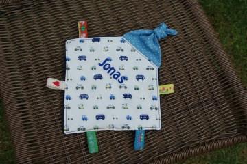 Knistertuch für Babys mit Knoten und Namen