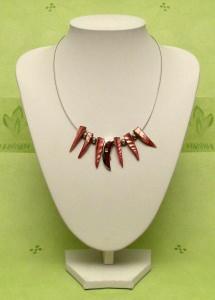 Collier mit roten Perlmuttzapfen