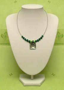 Collier mit grünen Steinwürfeln