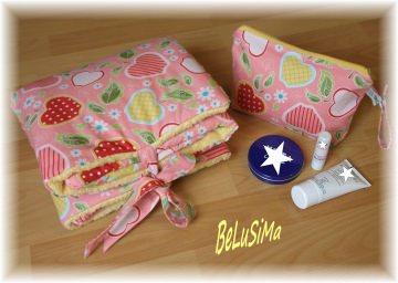 Wickelunterlage für unterwegs mit hübschem Apfel-Motiv, rosa-rot-gelb, mit kleinem Täschchen, Handarbeit mit ♥ von Belusima