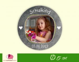 Aufkleber zur Einschulung - rund: Schulkind - Herzchen - mit Foto personalisierbar | Tafeloptik, umweltfreundlich   - Handarbeit kaufen