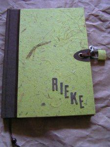 Tagebuch mit Schloss in Naturpapier Kiwigrün und personalisiert