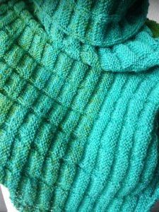 handgestricktes Dreiecktuch in verschiedenen Grüntönen, aus Rellana Regenbogen Garn mit Glitzer